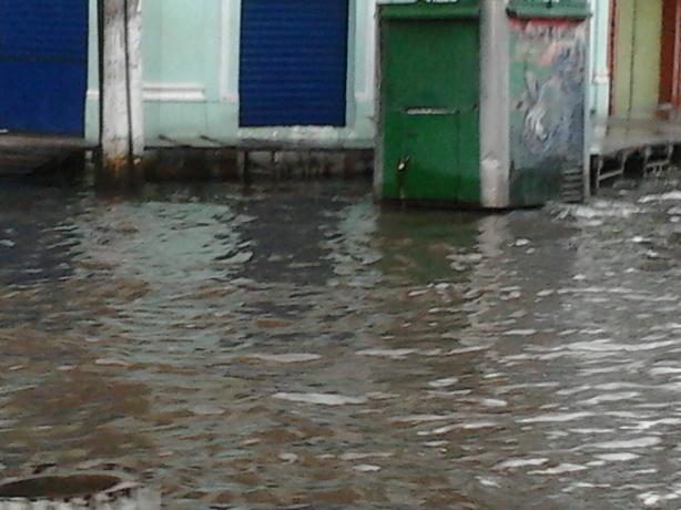 A água quase invadiu estas lojas.