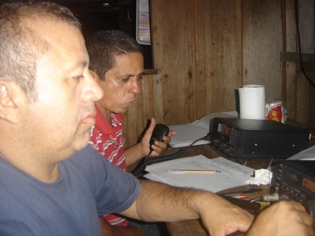 Santos - PP8WU e Roberto - PP8RMP (ao fundo)