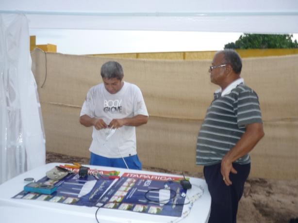 Jailson - PU8BJO e Joaquim - PP8AAJ preparando o stand para as palestras