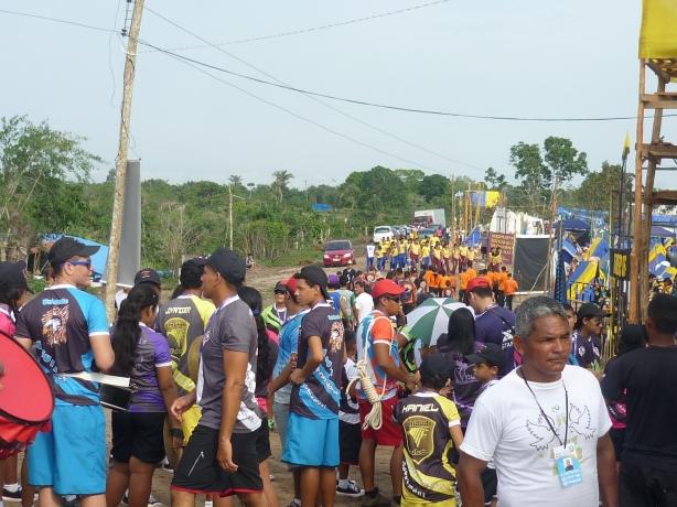 Milhares de jovens percorrendo a trilha do conhecimento