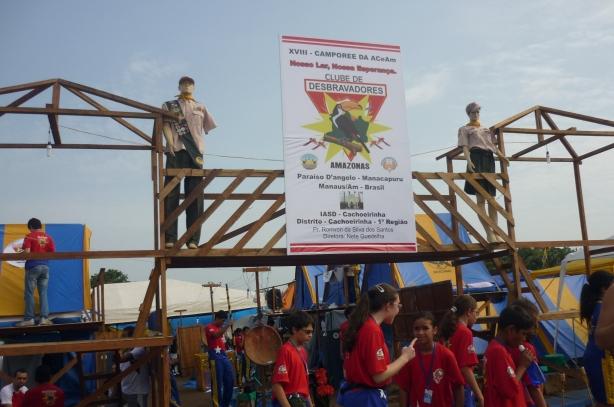 Por todo o acampamento era posível encontrar estas estruturas montadas pelos jovens desbravadores